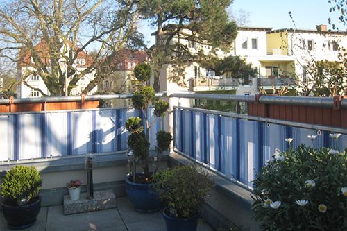 Balkon sichtschutz mit balkonverkleidung balkonumrandung for Markise balkon mit tapeten in blau